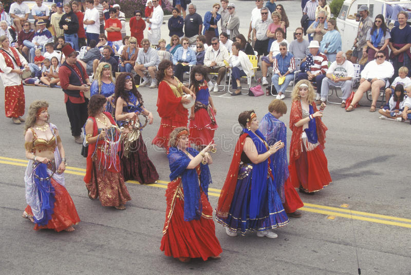 Οι χορευτές κοιλιών που βαδίζουν στις 4 Ιουλίου παρελαύνουν, Cayucos, Καλιφόρνια στοκ εικόνα