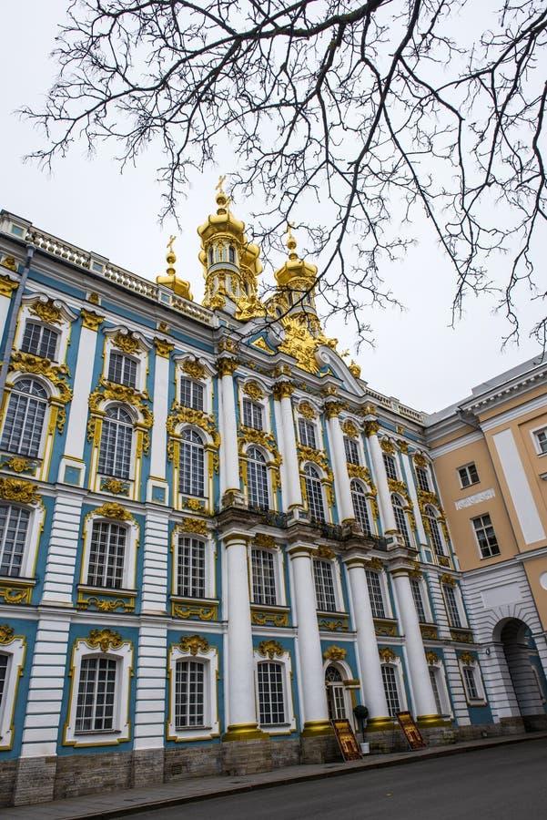 Οι χρυσοί θόλοι του παλατιού της Catherine ` s μια χειμερινή ημέρα σε Pushkin, Άγιος Πετρούπολη, Ρωσία στοκ εικόνα