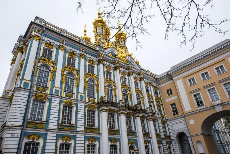 Οι χρυσοί θόλοι του παλατιού της Catherine ` s μια χειμερινή ημέρα σε Pushkin, Άγιος Πετρούπολη, Ρωσία στοκ φωτογραφία