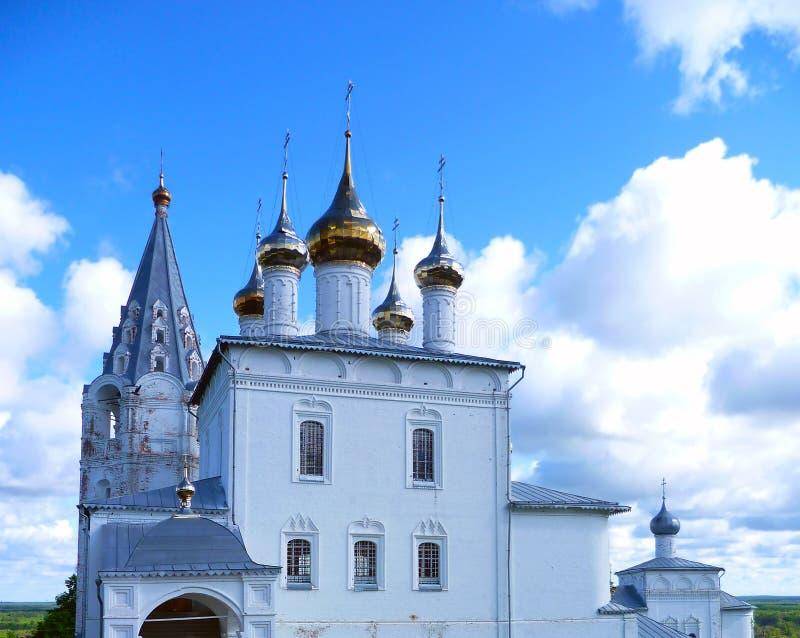 Οι χρυσοί θόλοι της αρχαίας εκκλησίας ενάντια στον ουρανό στοκ φωτογραφία με δικαίωμα ελεύθερης χρήσης