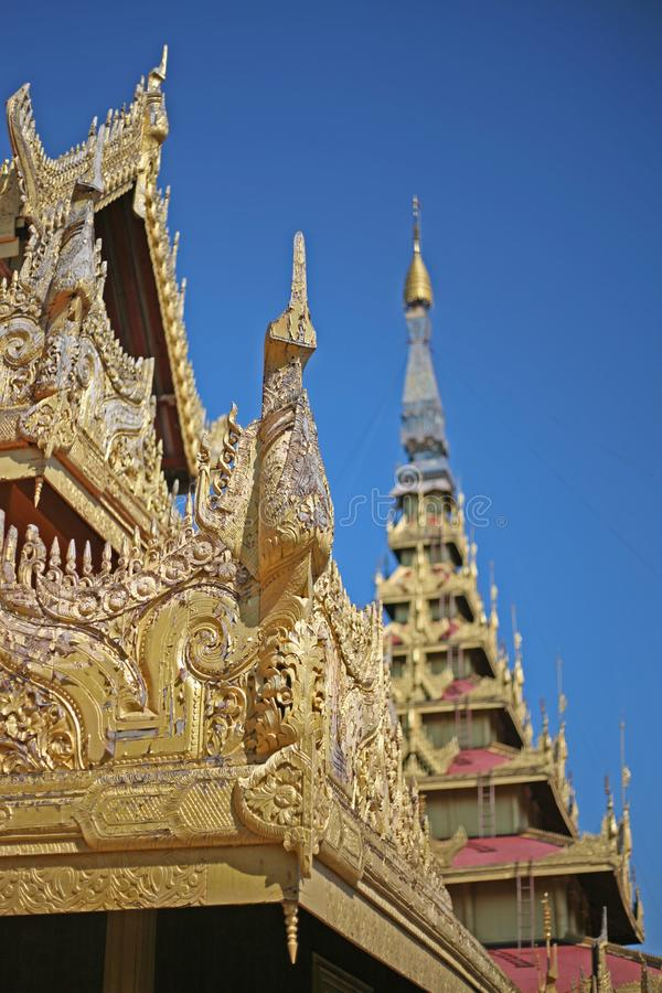 Οι χρυσοί και λαμπυρίζοντας κώνοι ενός βιρμανός παλατιού στο Mandalay, το Μιανμάρ στοκ φωτογραφία με δικαίωμα ελεύθερης χρήσης