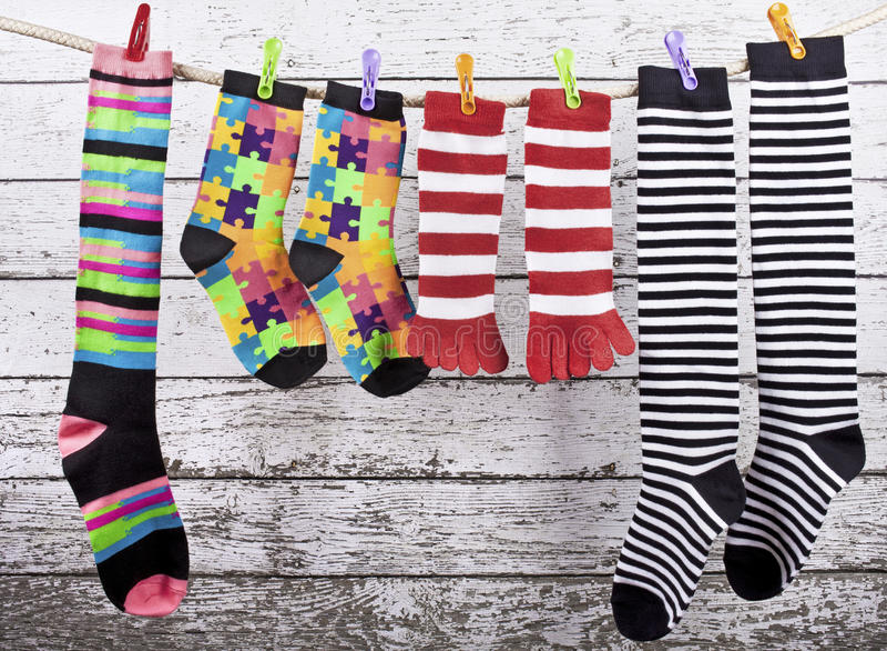 Οι χρωματισμένες κάλτσες που κρεμούν στο σχοινί στοκ φωτογραφίες με δικαίωμα ελεύθερης χρήσης