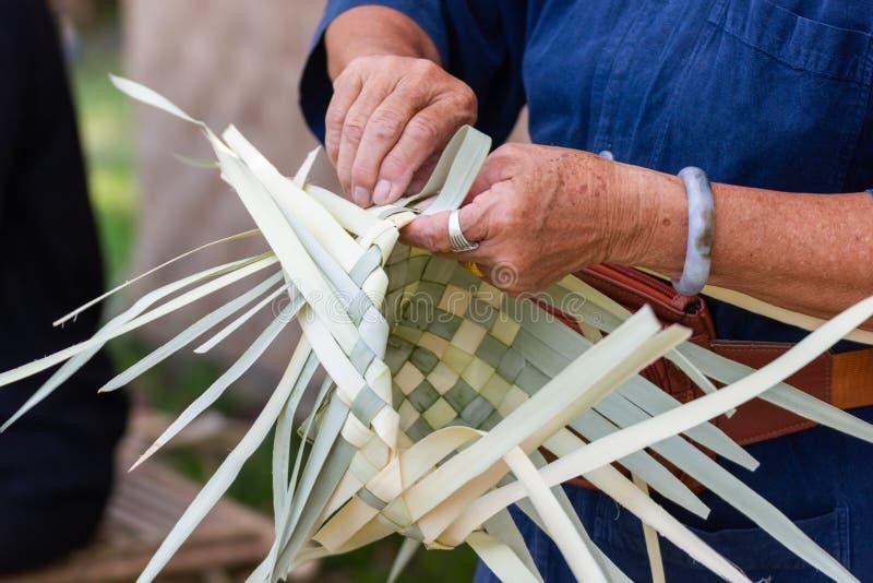 Οι χωρικοί πήραν τα λωρίδες μπαμπού στην ύφανση στις διαφορετικές μορφές για την καθημερινή χρήση στοκ εικόνες