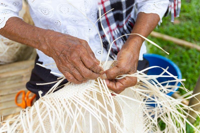 Οι χωρικοί πήραν τα λωρίδες μπαμπού στην ύφανση στις διαφορετικές μορφές για την καθημερινή χρήση στοκ εικόνες με δικαίωμα ελεύθερης χρήσης