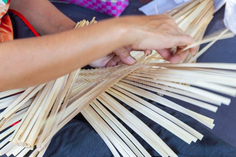 Οι χωρικοί πήραν τα λωρίδες μπαμπού στην ύφανση στις διαφορετικές μορφές για τα καθημερινά εργαλεία χρήσης των κοινοτικών ανθρώπω στοκ εικόνα