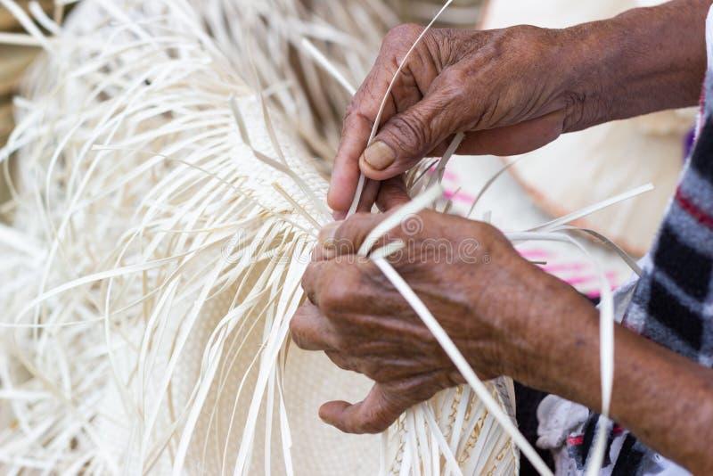Οι χωρικοί πήραν τα λωρίδες μπαμπού στην ύφανση στις διαφορετικές μορφές για τα καθημερινά εργαλεία χρήσης της κοινότητας στοκ εικόνα με δικαίωμα ελεύθερης χρήσης