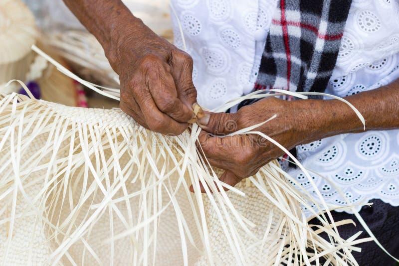 Οι χωρικοί πήραν τα λωρίδες μπαμπού στην ύφανση στις διαφορετικές μορφές για τα καθημερινά εργαλεία χρήσης της κοινότητας στοκ εικόνες