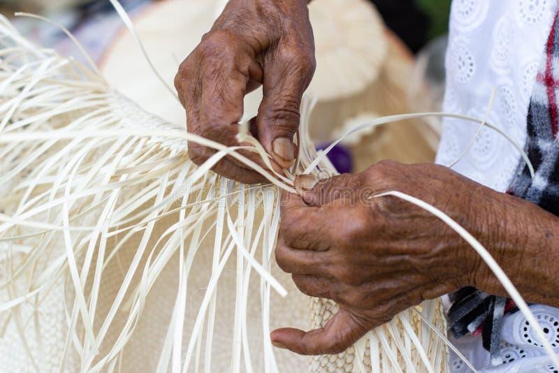 Οι χωρικοί πήραν τα λωρίδες μπαμπού στην ύφανση στις διαφορετικές μορφές για την καθημερινή χρήση στοκ φωτογραφίες με δικαίωμα ελεύθερης χρήσης