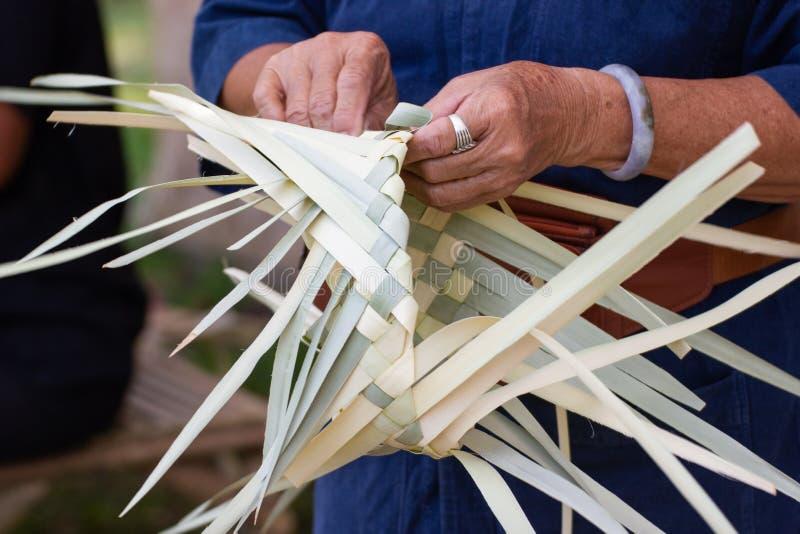 Οι χωρικοί πήραν τα λωρίδες μπαμπού στην ύφανση στις διαφορετικές μορφές για την καθημερινή χρήση στοκ εικόνα
