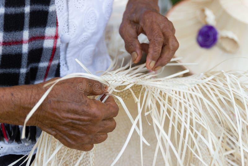 Οι χωρικοί πήραν τα λωρίδες μπαμπού στην ύφανση στις διαφορετικές μορφές για τα καθημερινά εργαλεία χρήσης των ανθρώπων community στοκ εικόνα με δικαίωμα ελεύθερης χρήσης