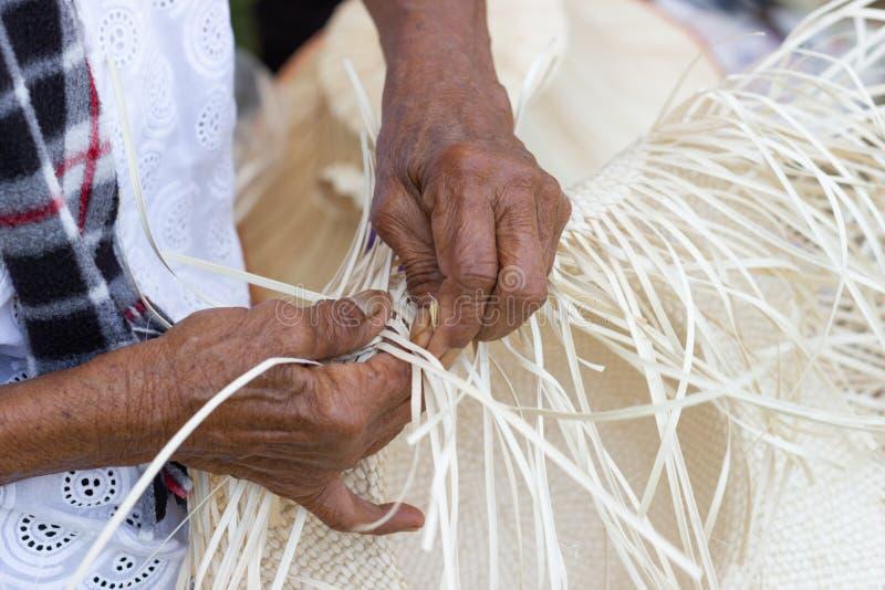 Οι χωρικοί πήραν τα λωρίδες μπαμπού στην ύφανση στις διαφορετικές μορφές για τα καθημερινά εργαλεία χρήσης στοκ εικόνες