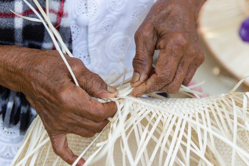 Οι χωρικοί πήραν τα λωρίδες μπαμπού στην ύφανση στοκ εικόνες