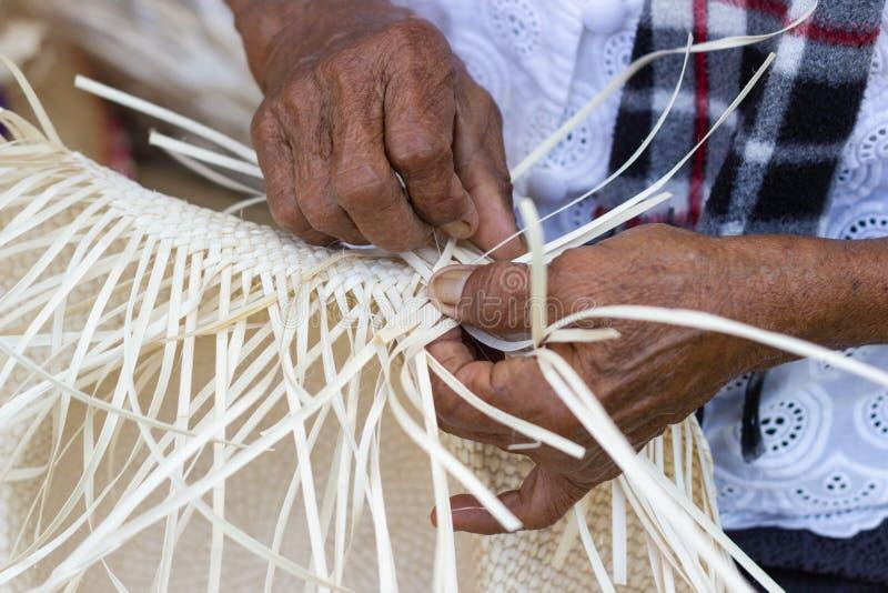Οι χωρικοί πήραν τα λωρίδες μπαμπού στην ύφανση στοκ φωτογραφία με δικαίωμα ελεύθερης χρήσης