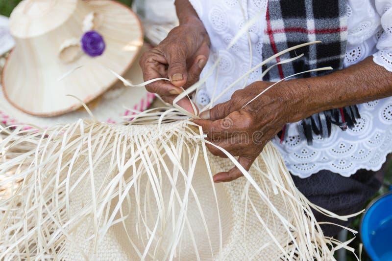 Οι χωρικοί πήραν τα λωρίδες μπαμπού στην ύφανση στις διαφορετικές μορφές για την καθημερινή χρήση στοκ φωτογραφία με δικαίωμα ελεύθερης χρήσης