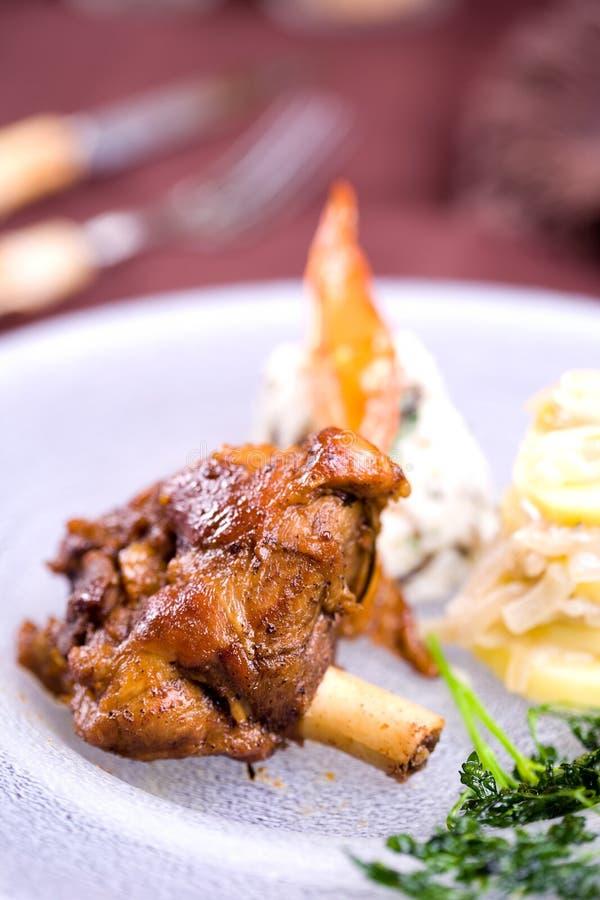 Download Οι ψημένες μπριζόλες αρνιών με την πατάτα διακοσμούν Στοκ Εικόνα - εικόνα από κρέας, μαγειρευμένος: 17055283