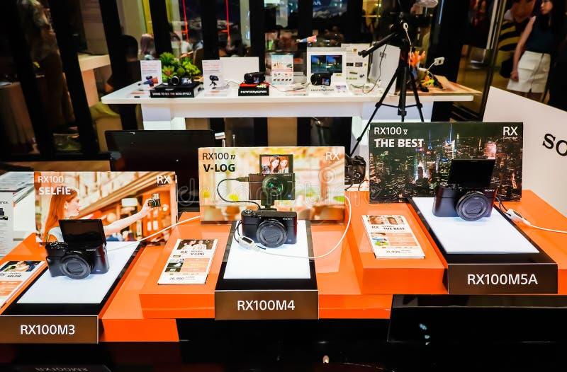 Οι ψηφιακές RX100 σειρές της Sony επιδεικνύουν και πώληση στο κατάστημα ηλεκτρονικής της Sony, στο Σιάμ paragon στη Μπανγκόκ, Ταϊ στοκ φωτογραφία με δικαίωμα ελεύθερης χρήσης
