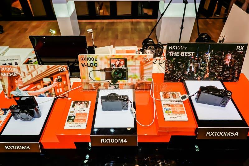 Οι ψηφιακές RX100 σειρές της Sony επιδεικνύουν και πώληση στο κατάστημα ηλεκτρονικής της Sony, στο Σιάμ paragon στη Μπανγκόκ, Ταϊ στοκ φωτογραφία