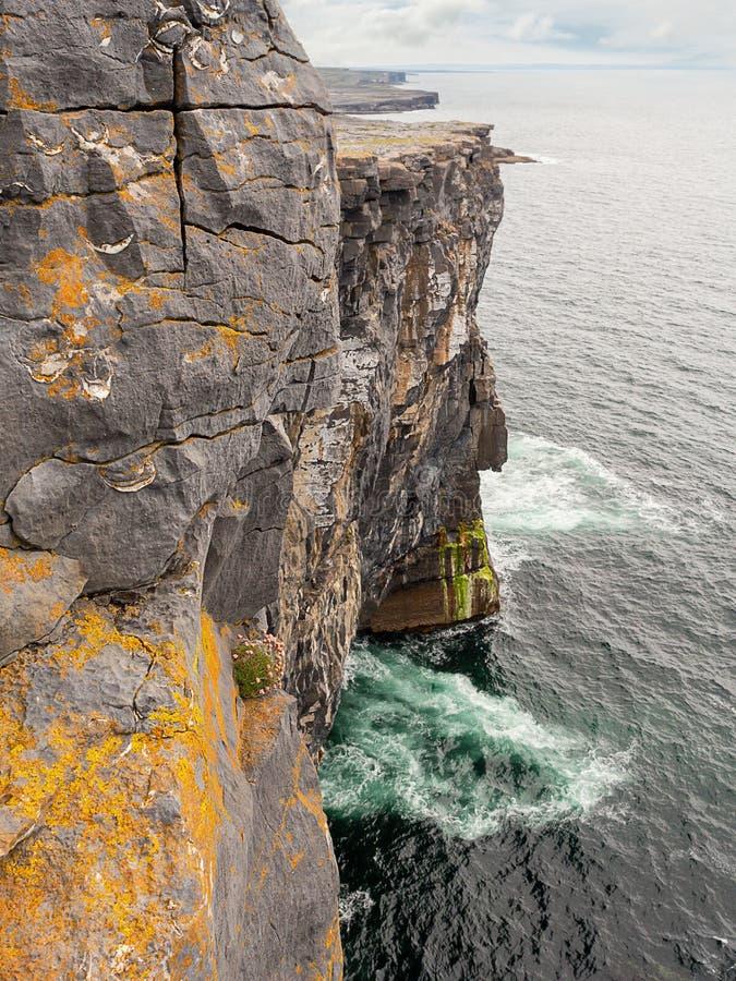Οι ωκεανοί κυματίζουν στον βυθό του γκρεμού, στο Inishmore, στα νησιά Aran, στην Ιρλανδία, στον Ατλαντικό ωκεανό, στη δομή του Cl στοκ φωτογραφία με δικαίωμα ελεύθερης χρήσης