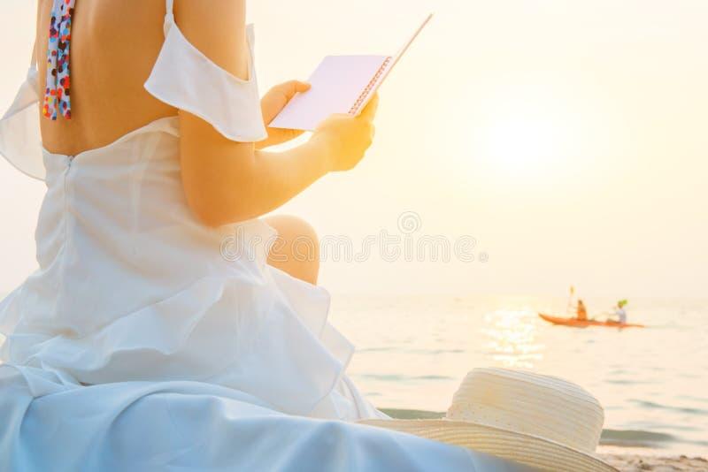 Οι όμορφες γυναίκες ταξιδεύουν μόνο στην παραλία στοκ φωτογραφία με δικαίωμα ελεύθερης χρήσης
