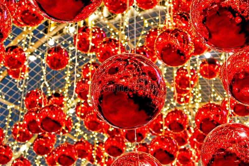 Οι όμορφες κόκκινες σφαίρες Χριστουγέννων στοκ εικόνες
