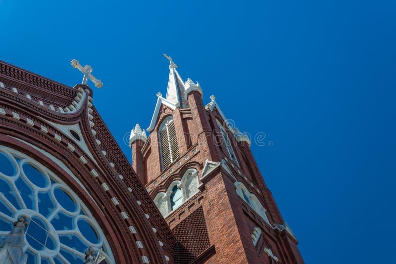 Οι όμορφες λεπτομέρειες των καμπαναριών και αυξήθηκαν παράθυρο, γοτθική εκκλησία αναγέννησης, τούβλινοι άσπροι σταυροί, μπλε ουρα στοκ εικόνα