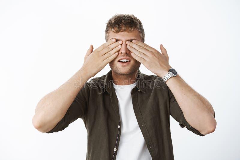 Οι όμορφες ξανθές ιδιαίτερες προσοχές τύπων με το ανοικτό στόμα φοινικών στην αναμονή όπως περιμένοντας την έκπληξη, πρόθυμη βλέπ στοκ φωτογραφίες με δικαίωμα ελεύθερης χρήσης