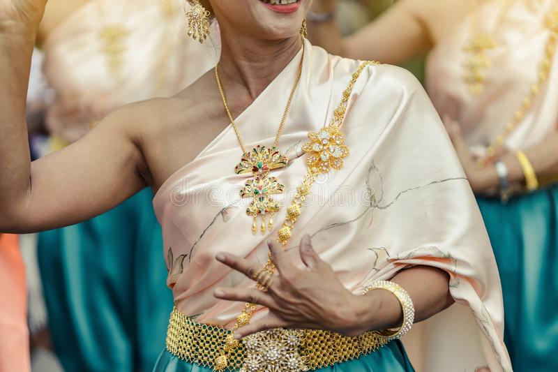 Οι όμορφες ταϊλανδικές γυναίκες στο ταϊλανδικό παραδοσιακό κοστούμι εκτελούν τον ταϊλανδικό χορό στοκ εικόνα