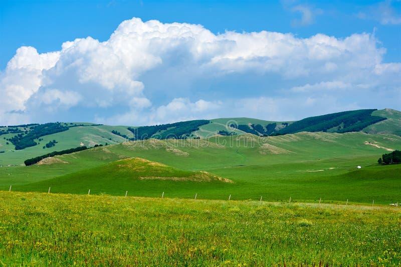 Οι λόφοι και τα σύννεφα στοκ εικόνες με δικαίωμα ελεύθερης χρήσης