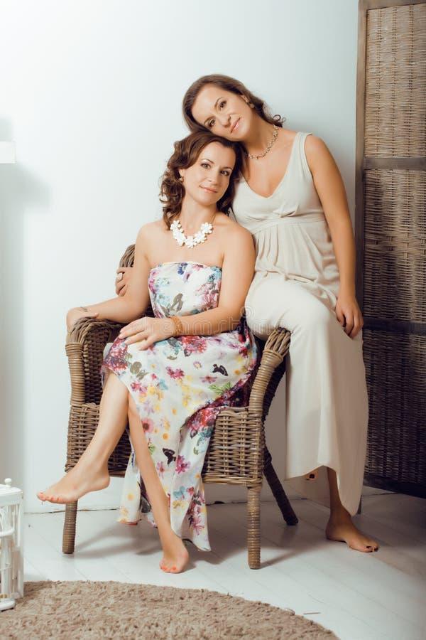 Οι ώριμες αδελφές ζευγαρώνουν στο σπίτι στοκ εικόνες με δικαίωμα ελεύθερης χρήσης