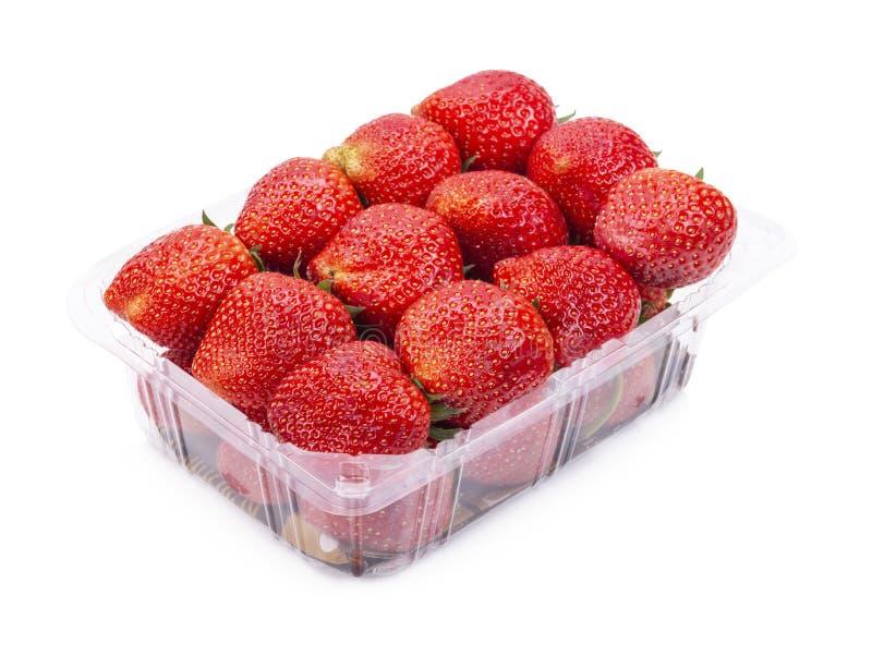 Οι ώριμες φράουλες από τον κήπο συσκευάζονται στα πλαστικά κιβώτια η ανασκόπηση απομόνωσε το λευκό στοκ φωτογραφία