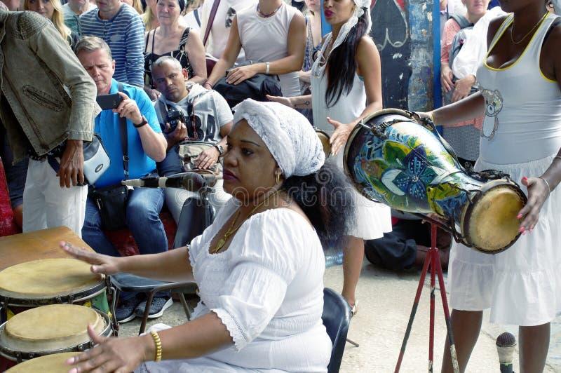 Οι afro-κουβανικοί θηλυκοί τυμπανιστές παίζουν το κουβανικό ρούμπα κτυπούν στοκ φωτογραφίες με δικαίωμα ελεύθερης χρήσης