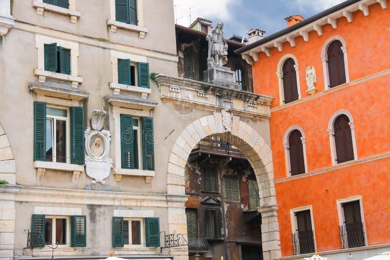 Οι bas-ανακουφίσεις και τα αγάλματα στα κτήρια στη Βερόνα, Ιταλία στοκ εικόνες