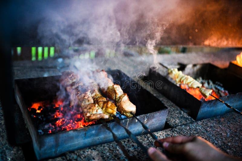 Οι Juicy φέτες του κρέατος προετοιμάζονται στην πυρκαγιά στοκ φωτογραφία με δικαίωμα ελεύθερης χρήσης