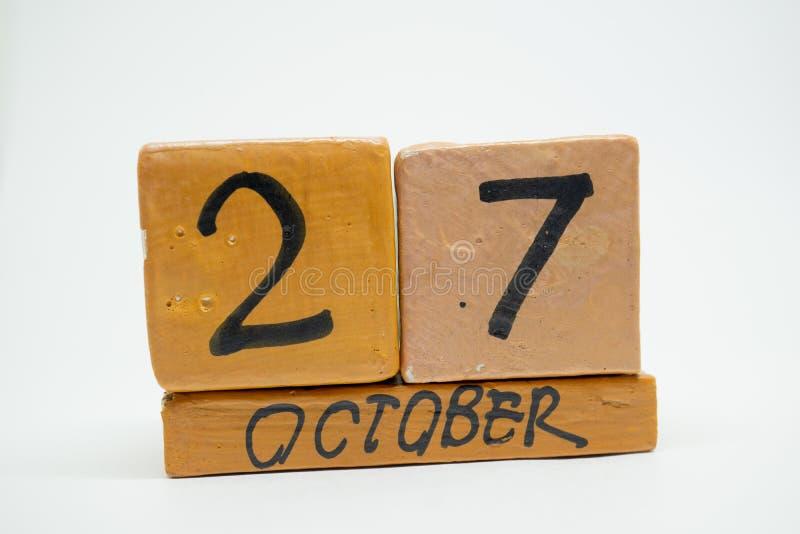 27 Οκτωβρίου Ημέρα 27 του μήνα, χειροποίητο ξύλινο ημερολόγιο που απομονώνεται στο άσπρο υπόβαθρο μήνας φθινοπώρου, ημέρα της ένν στοκ εικόνα