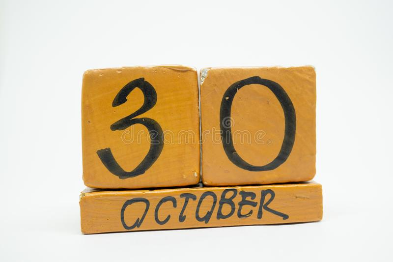 30 Οκτωβρίου Ημέρα 30 του μήνα, χειροποίητο ξύλινο ημερολόγιο που απομονώνεται στο άσπρο υπόβαθρο μήνας φθινοπώρου, ημέρα της ένν στοκ φωτογραφία