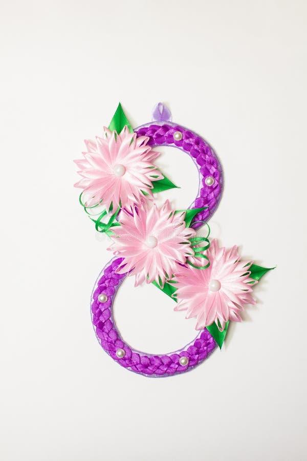 Οκτώ αριθμός φιαγμένος από λουλούδια κορδελλών στοκ φωτογραφία με δικαίωμα ελεύθερης χρήσης