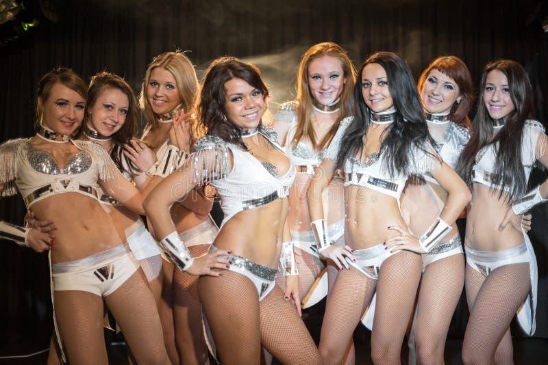 Οκτώ όμορφα showgirls στα φωτεινά κοστούμια στοκ εικόνες
