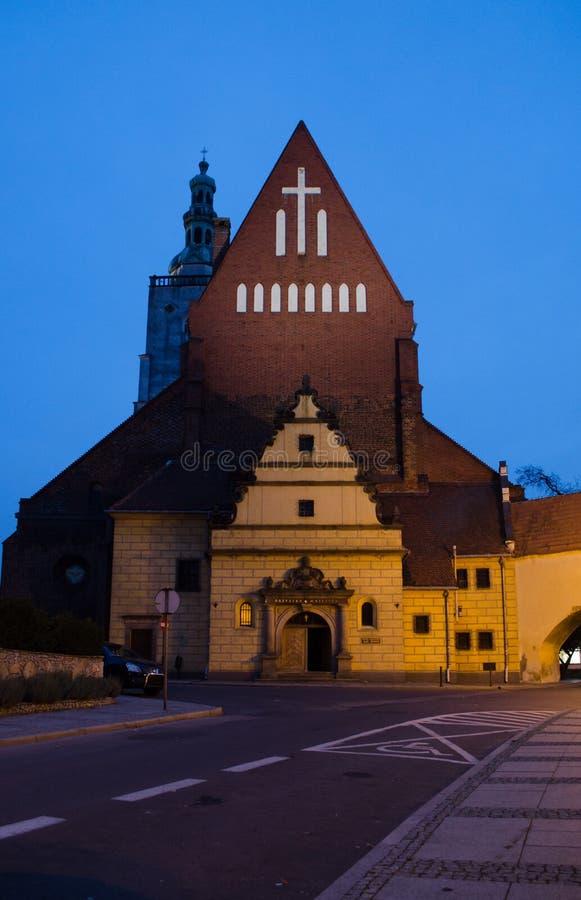 Ολεσνίτσα Πολωνία - 27 11 209: Βασιλική του Αγίου Ιωάννη του Αποστόλου και Ευαγγελιστή κοντά στο κάστρο της Ολεσνίτσα Νυχτερινός  στοκ φωτογραφία με δικαίωμα ελεύθερης χρήσης