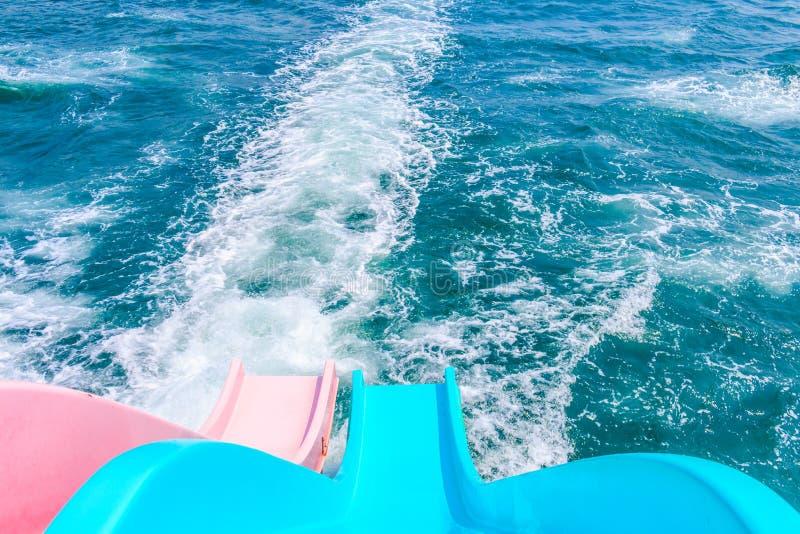 Ολισθαίνων ρυθμιστής στη βάρκα στον ωκεανό στοκ φωτογραφία με δικαίωμα ελεύθερης χρήσης