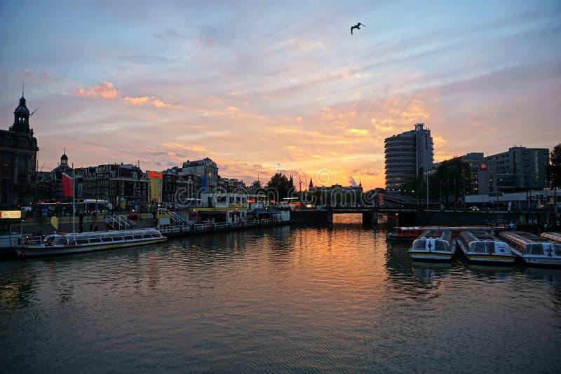 Ολλανδία, Άμστερνταμ, η πόλη με τα κανάλια νερού του στο ηλιοβασίλεμα στοκ εικόνες