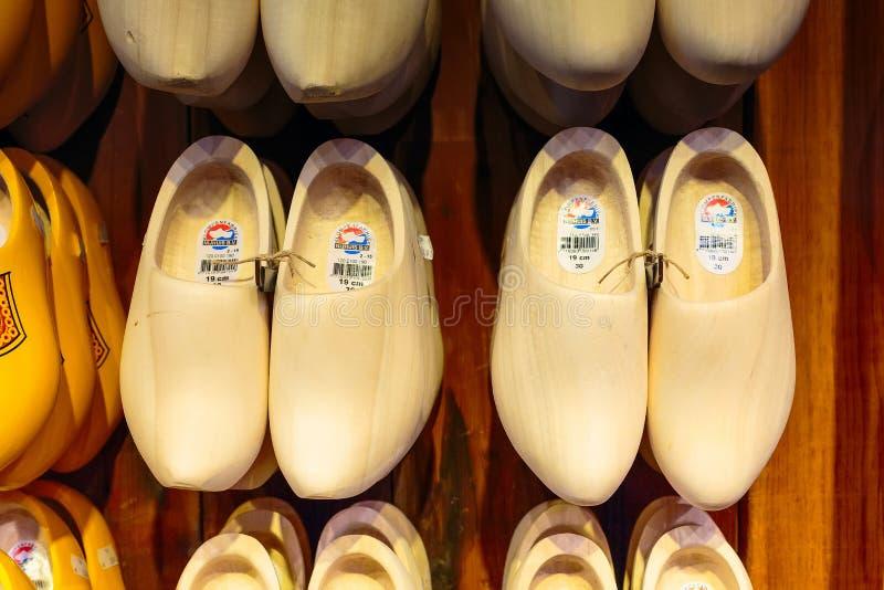 Ολλανδικά παραδοσιακά ξύλινα παπούτσια ή clogs στοκ εικόνα