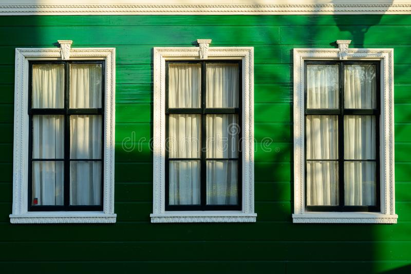 Ολλανδική παλαιά αρχιτεκτονική σπιτιών με τα άσπρα παράθυρα και τους πράσινους τοίχους στοκ εικόνες με δικαίωμα ελεύθερης χρήσης