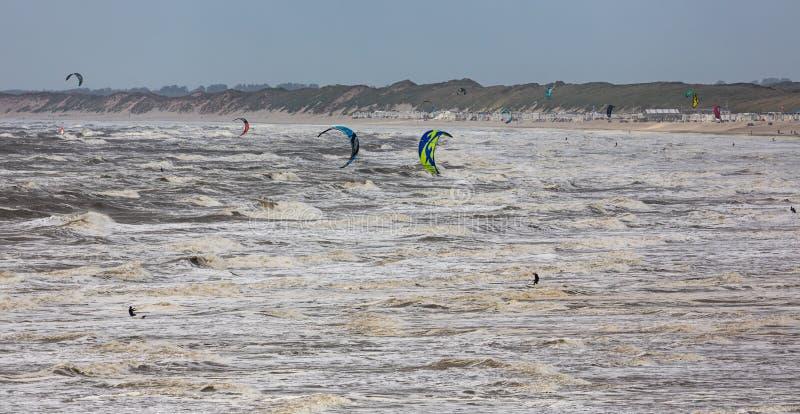 Ολλανδική παραλία με το θυελλώδη καιρό και πολλά ενεργά surfers ικτίνων στοκ φωτογραφία με δικαίωμα ελεύθερης χρήσης