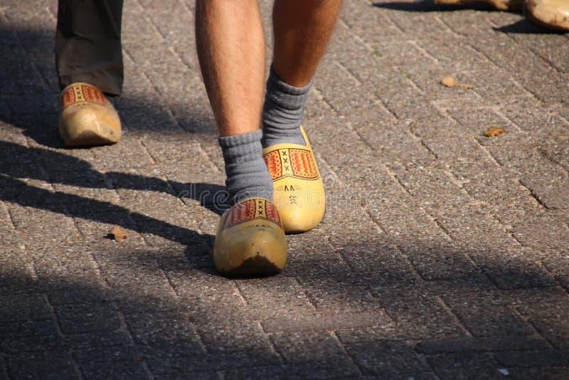 Ολλανδικοί λαοί που περπατούν clogs κατά τη διάρκεια του clog περιπάτου στην πόλη Zevenhuizen, οι Κάτω Χώρες στοκ εικόνες
