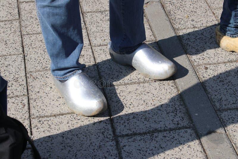 Ολλανδικοί λαοί που περπατούν clogs κατά τη διάρκεια του clog περιπάτου στην πόλη Zevenhuizen, οι Κάτω Χώρες στοκ φωτογραφίες με δικαίωμα ελεύθερης χρήσης
