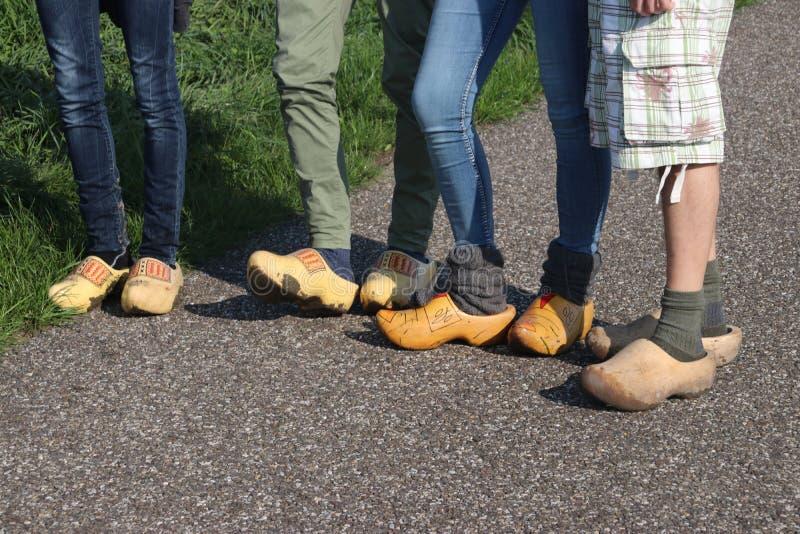 Ολλανδικοί λαοί που περπατούν clogs κατά τη διάρκεια του clog περιπάτου στην πόλη Zevenhuizen, οι Κάτω Χώρες στοκ φωτογραφία