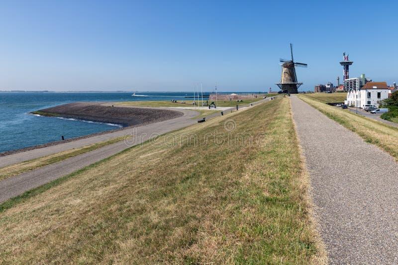 Ολλανδικός παραδοσιακός ανεμόμυλος στο ανάχωμα κοντά στην πόλη Vlissingen στοκ εικόνες με δικαίωμα ελεύθερης χρήσης