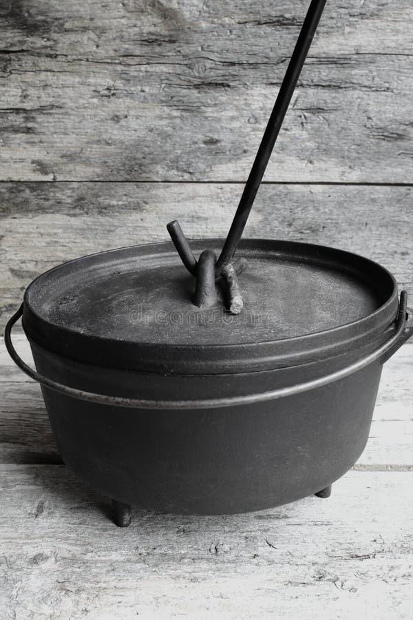 Ολλανδικός φούρνος χυτοσιδήρου με τον ανυψωτή καπακιών στοκ φωτογραφία με δικαίωμα ελεύθερης χρήσης
