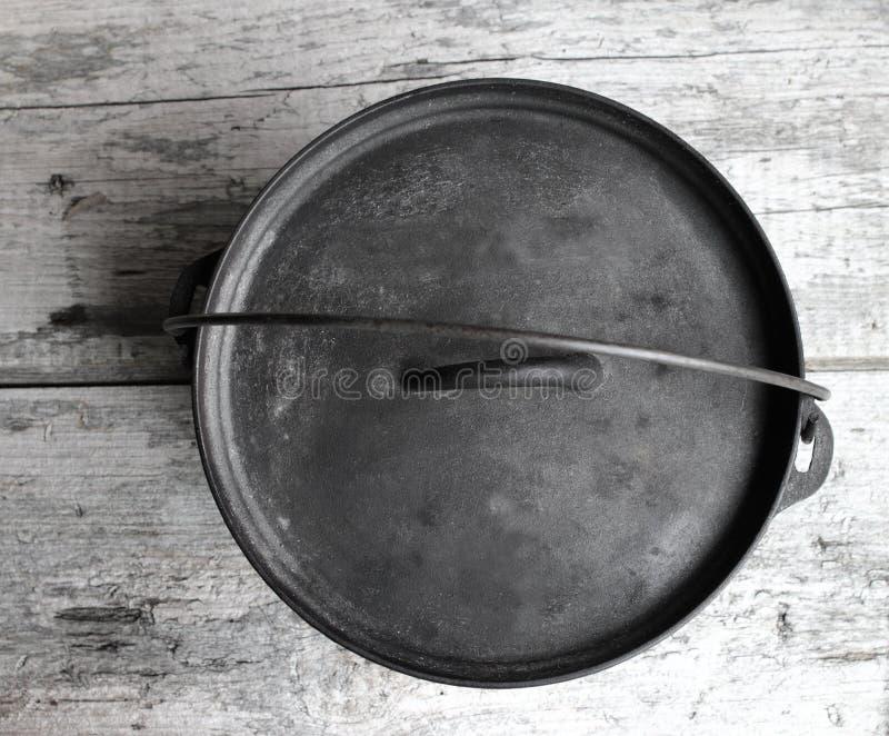 Ολλανδικός φούρνος χυτοσιδήρου που κοιτάζει κάτω στο ξύλινο υπόβαθρο στοκ φωτογραφία με δικαίωμα ελεύθερης χρήσης