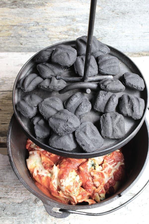 Ολλανδικό γεύμα ζυμαρικών φούρνων χυτοσιδήρου με τις ανθρακόπλινθους στοκ εικόνα